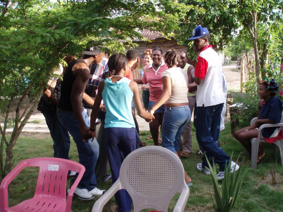 A group of young people in the Dominican Republic learn the importance of working togther to create change, and that the best responses to difficulties come from within the community © 2006 Helen Hawkings, Courtesy of Photoshare